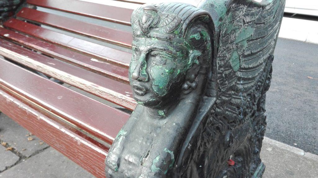 Nogle af bænkene langs Themsen har egyptiske udsmykninger