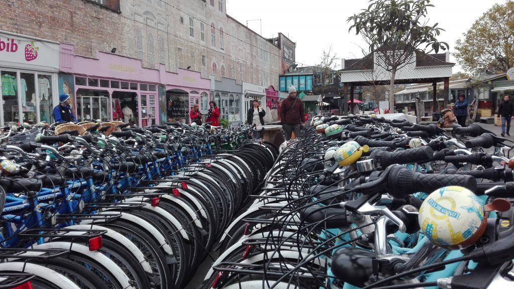 Masser af cykler står klar til brug ved Fisherman's Wharf