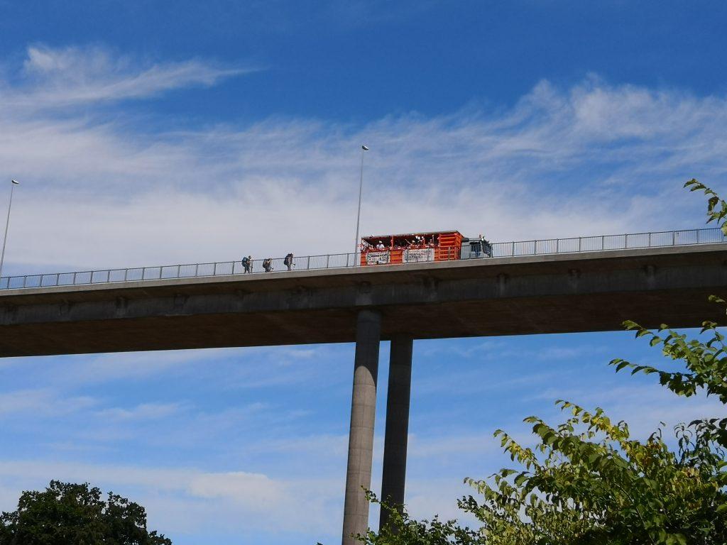 Nyudklækkede studenter og trætte vandrere på Svendborgsundbroen