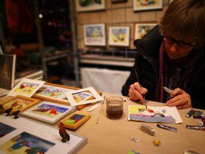 Nanna Heggelund Christensen maler og sælger akvareller på på Julemarked i Ridehuset