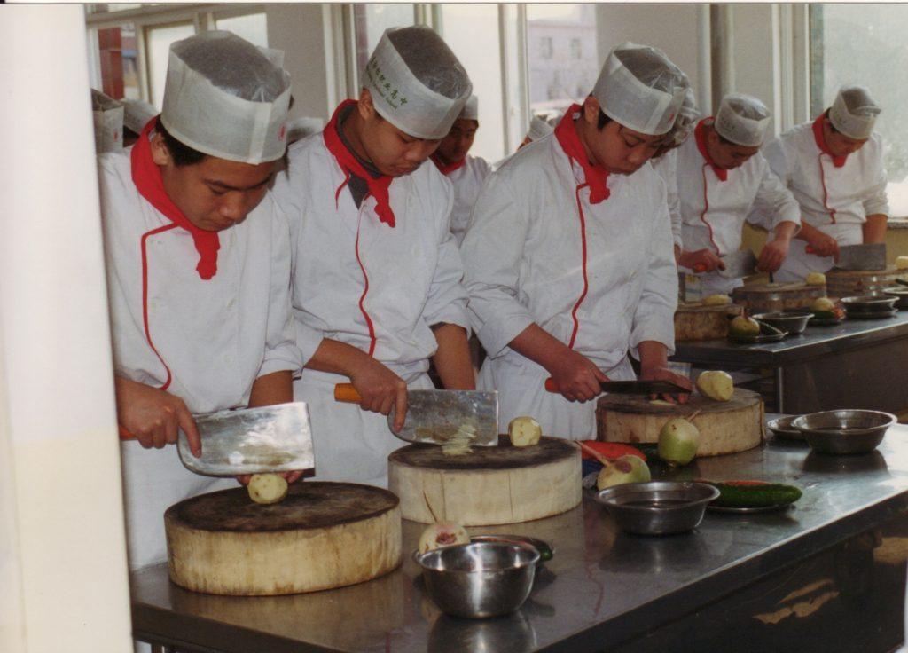 Eleverne på kokkeskolen i Beijing forstår at svinge en kniv