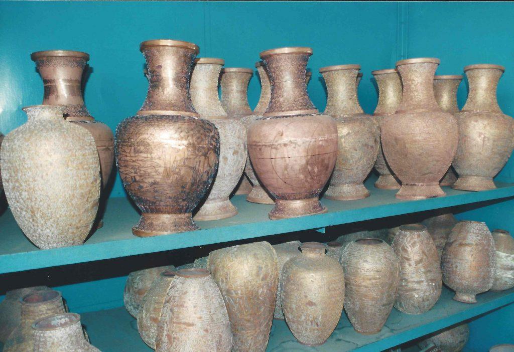 Kobbervaser med kobbertrådsmønstre klar til at blive farvelagt
