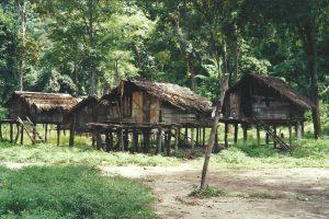 Karen-folket huse er i sikkerhed for flodens vand og skovens dyr
