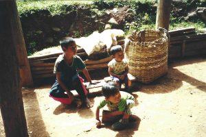 De yngste fra Karen-stammen leger i skyggen
