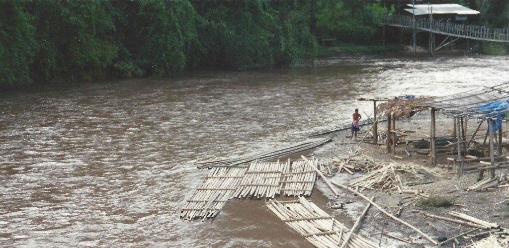Tømmerflåden bygges af bambus